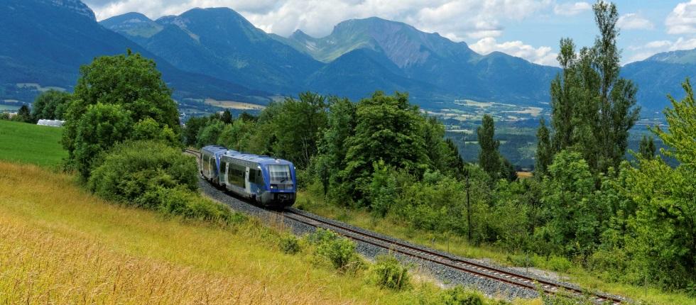 Paysage de montagnes avec tramway