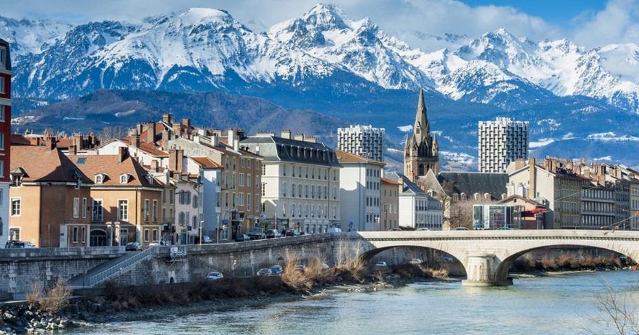 Ville de Grenoble avec les montagnes
